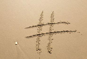 hashtag disegnato sulla sabbia