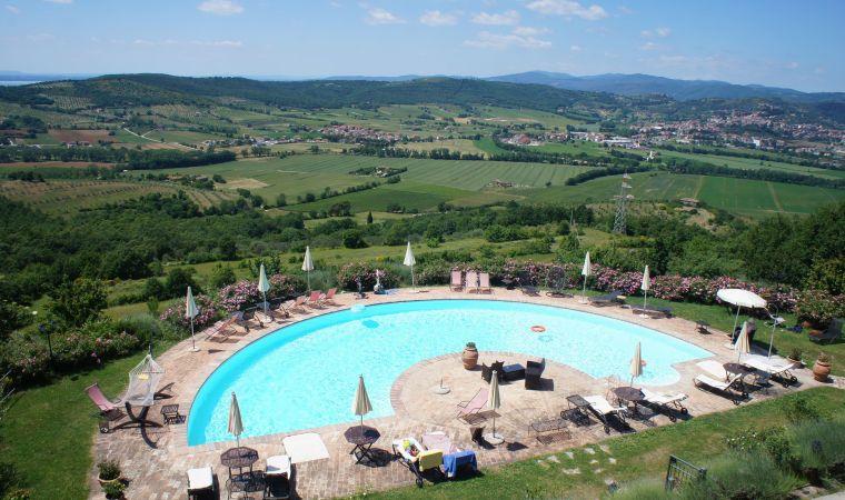 piscina con vista lago trasimeno