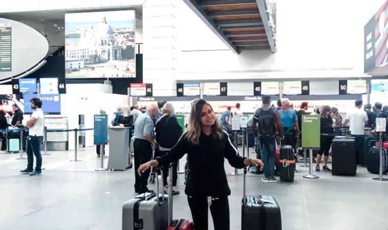 ragazza in partenza in aeroporto a venezia